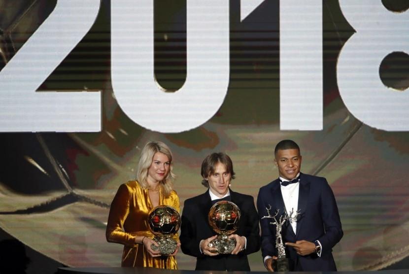 Tiga peraih pemain terbaik, Ada Hegerberg, Luka Modric dan Kylian Mbappe.
