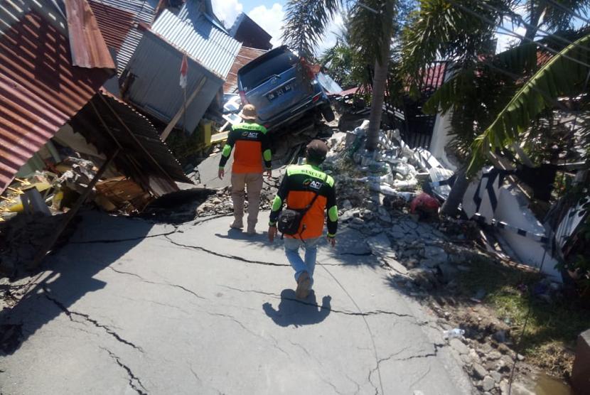 Tim ACT membantu para korban gempa di Palu.