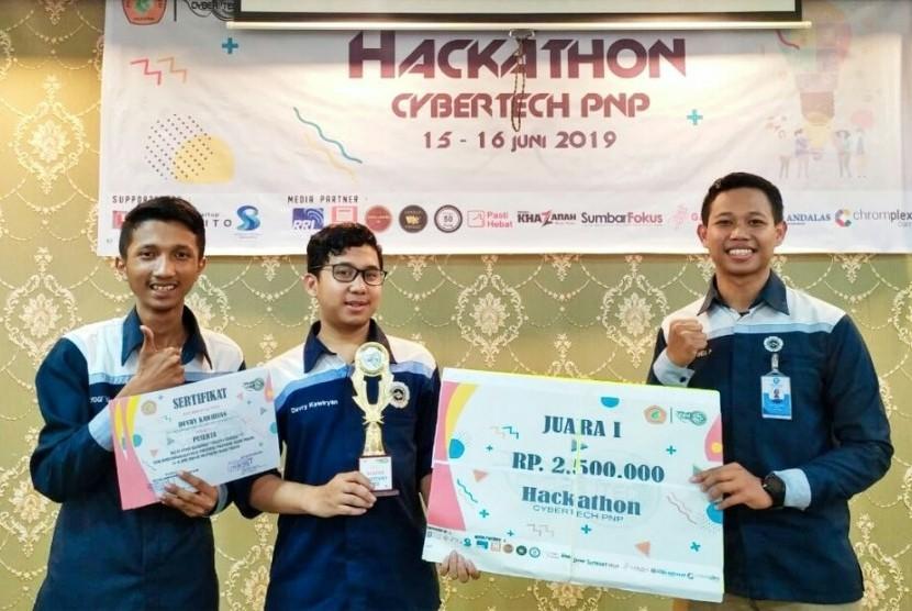 Tim AMCC Universitas Amikom Yogyakarta yang menjadi juara satu dalam Kompetisi Hackathon Cybertech di Politeknik Negeri Padang.