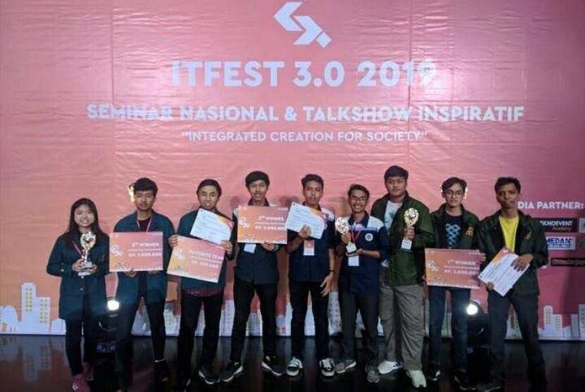 Tim Amikom Computer Club (AMCC) bersama peraih juara di IT Fest USU 3.0 2019.