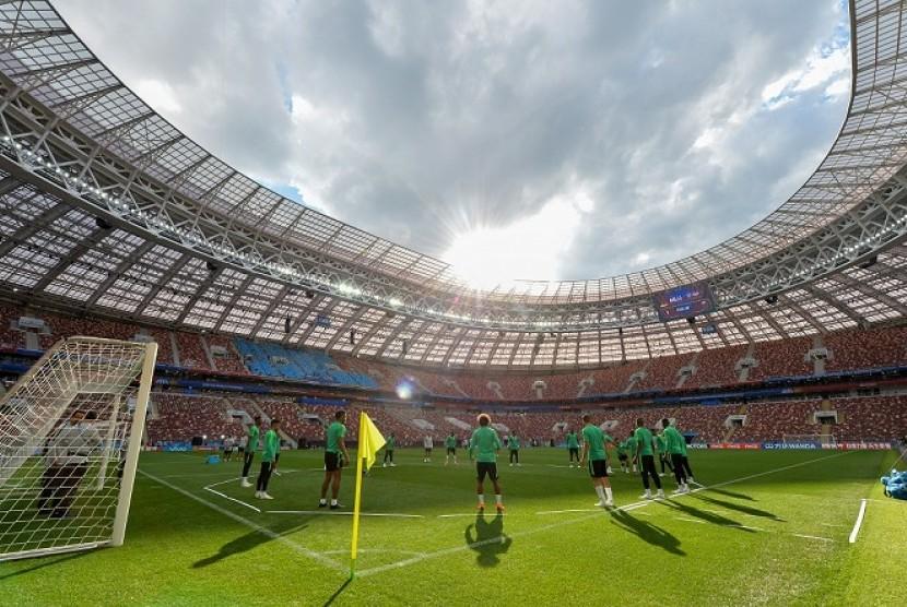 Tim Arab Saudi berlatih di Stadion Luzhniki pada Rabu (13/6).