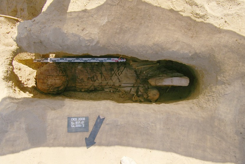 Tim arkeologi Rusia yang melakukan penggalian nekropolis kuno di kompleks arkeologi Deir el Banat di oasis El Fayoum, Mesir Tengah