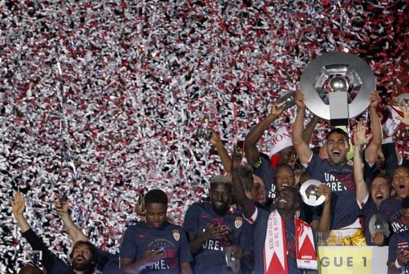 Tim AS Monaco merayakan gelar juara Ligue 1 musim 2016/2017.