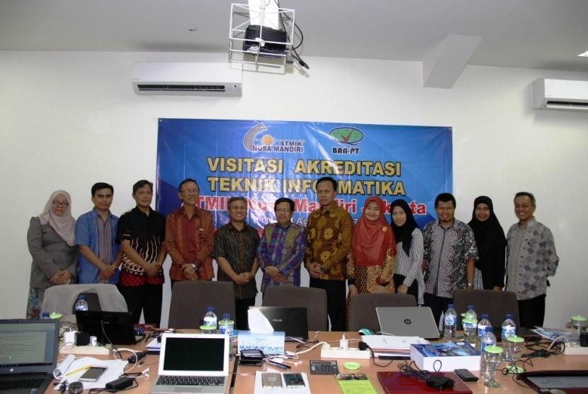 Tim asesor BAN-PT melakukan foto bersama jajaran pimpinan STMIK Nusa Mandiri Jakarta.