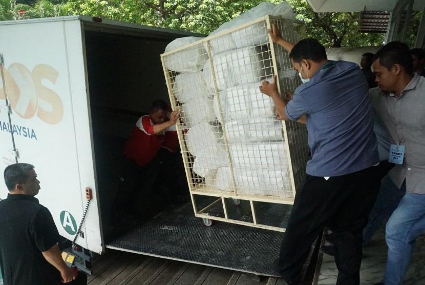 Tim Asistensi Panitia Pemilihan Luar Negeri (PPLN) Kuala Lumpur mendorong gerobak berisi surat suara untuk Pemungutan Suara Ulang (PSU) metode pos ke truk Pos Malaysia di KBRI Kuala Lumpur, Senin (6/5).