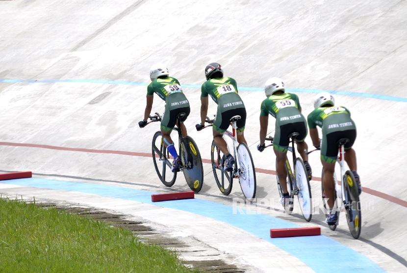 Tim atlet balap sepeda Jawa Timur memacu sepadanya pada pertandingan final nomor Team Pursuit Men Elite PON XIX 2016, di Velodrome Munaip Saleh, Kota Cimahi, Jabar, Rabu (28/9).