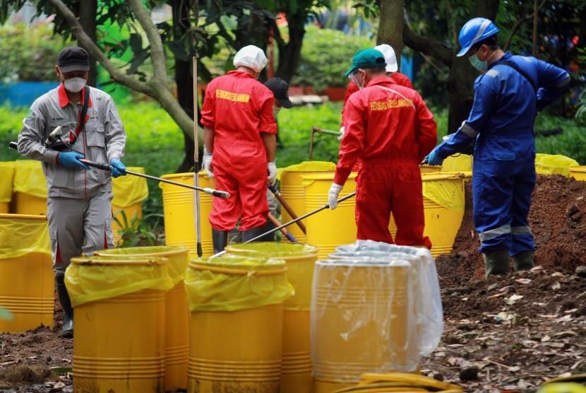 Tim Badan Tenaga Nuklir Nasional (BATAN) bersama Badan Pengawas Tenaga Nuklir (Bapeten) melakukan Dekontaminasi terhadap temuan paparan tinggi radioaktif di Perumahan Batan Indah, Serpong, Tangerang Selatan, Banten, Senin (17/2/2020).