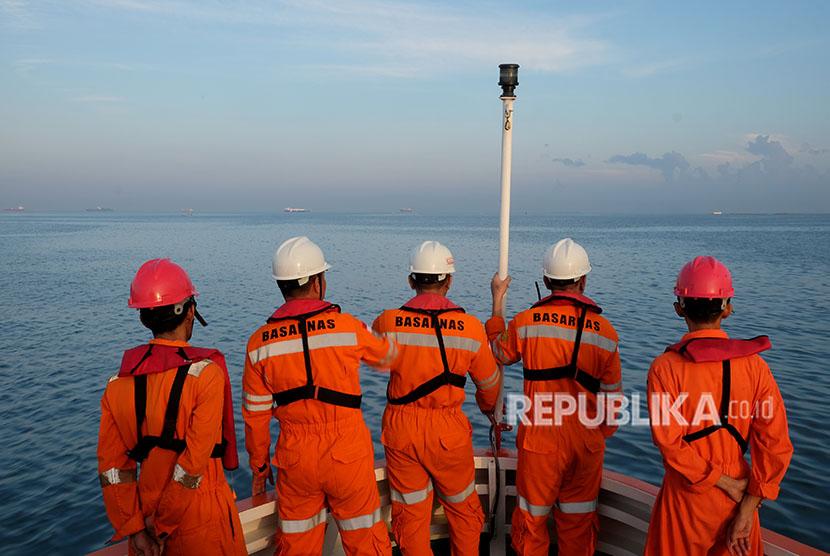 Tim Basarnas memantau dari haluan kapal saat pencarian korban kapal motor Arista yang tenggelam di Peraiaran Makassar, Sulawesi Selatan, Kamis (14/6).