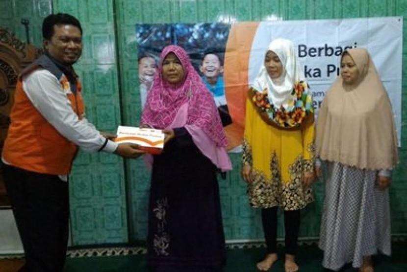 Tim Berbagi Buka Puasa (BBP) Rumah Zakat menghampiri warga Lamper Mijen Semarang, Senin Sore (21/5).