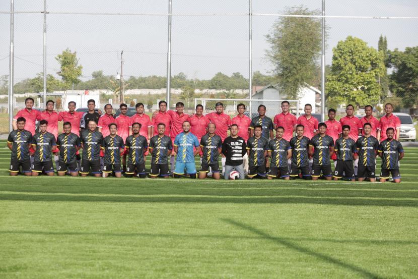 Tim Biro Administrasi Pimpinan (Adpim) berhasil mengungguli Tim OJK Regional 9 Kalimantan dalam laga persahabatan di Palm Mini Soccer Banjarbaru, Ahad (19/9) pagi.
