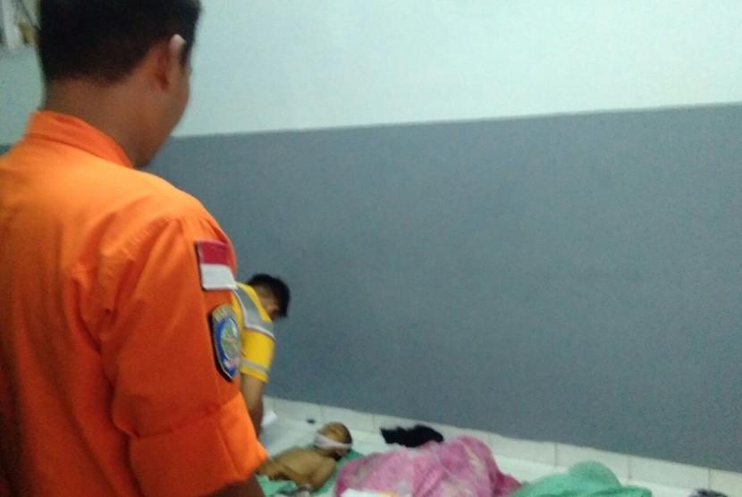 Tim BPBD dan Basarnas Sulsel melakukan evakuasi kapal yang tenggelam di Pulau Barrang Lompo, Sulsel, Rabu (13/6).