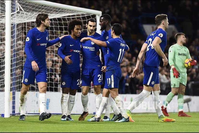 Tim Chelsea merayakan gol ke gawang Stoke City di Stamford Bridge Stadium, London, Sabtu (30/12)