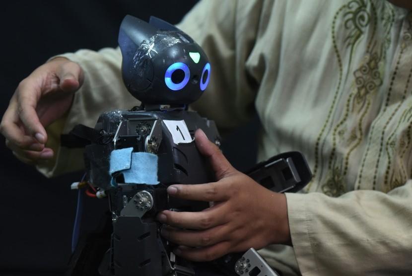 Tim dari Institut Teknologi Sepuluh Nopember (ITS) Surabaya memeriksa robot rakitannya Robosoccer Ichiro di Kampus ITS, Surabaya, Jawa Timur, Jumat (13/5).