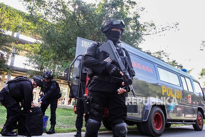 Tim Densus 88 bersama tim Gegana Brimob Polda Riau membawa barang yang mencurigakan dari area penggeledahan gedung Gelanggang Mahasiswa Kampus Universitas Riau (UNRI) di Pekanbaru, Riau, Sabtu (2/6).