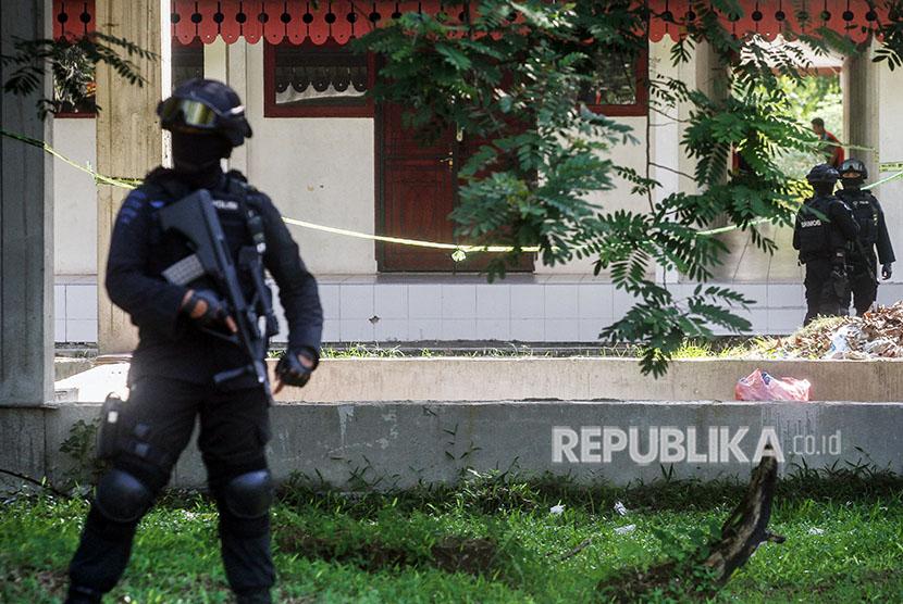 Tim Densus 88 bersama tim Gegana Brimob Polda Riau berjaga di area penggeledahan gedung Gelanggang Mahasiswa Kampus Universitas Riau (UNRI) di Pekanbaru, Riau, Sabtu (2/6).