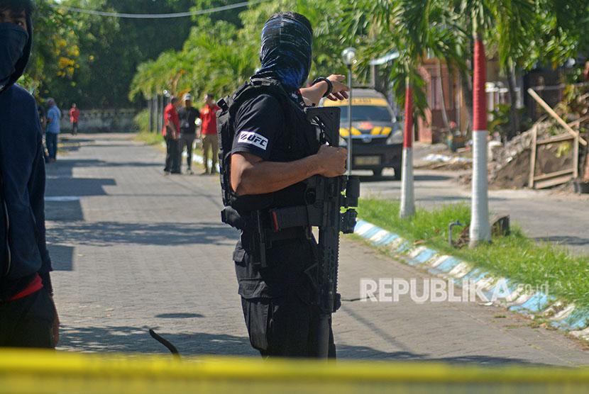 Tim Densus 88 bersiaga di rumah terduga teroris di kawasan Perum Puri Maharani, Sukodono, Sidoarjo, Jawa Timur, Senin (14/5).