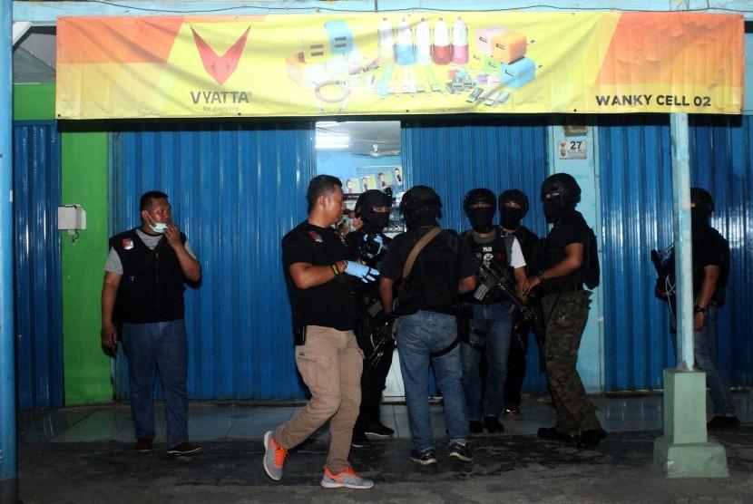 [ilustrasi] Tim Densus 88 Mabes Polri berjaga saat penggeledahan barang bukti milik terduga pelaku teroris, di sebuah kios aksesoris ponsel, Jalan KH Mochtar Tabrani, Bekasi, Jawa Barat, Rabu (8/5/2019).