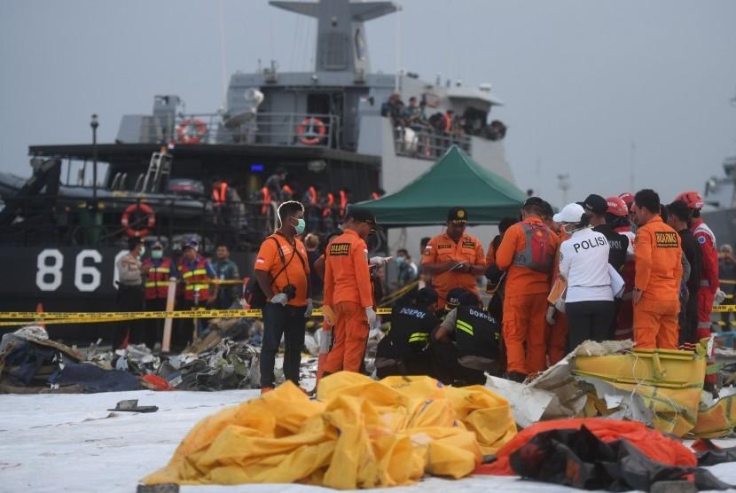 Tim Disaster Victim Identification (DVI) Polri memeriksa jenazah korban jatuhnya pesawat Lion Air bernomor registrasi PK-LQP dengan nomor penerbangan JT 610 yang baru tiba di Pelabuhan Tanjung Priok, Jakarta, Kamis (1/11/2018).