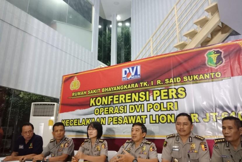 Tim Disaster Victim Identification (DVI) Rumah Sakit (RS) Polri menyampaikan perkembangan hasil identifikasi, Kamis (1/11),