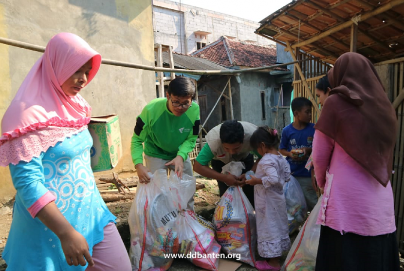 Tim DMC Dompet Dhuafa membantu korban banjir di Lebak Banten.
