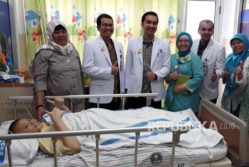Tim dokter dari RSUP Persahabatan berhasil melakukan operasi kanker tulang dengan rekonstruksi total femur megaprosthesis pertama di Indonesia. Pasien Apriliani (15) saat ini sedang menjalani terapi pemulihan pascaoperasi.