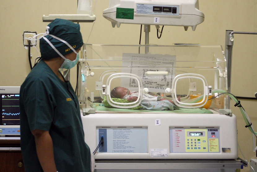 Tim Dokter memantau kondisi salah satu bayi tabung.