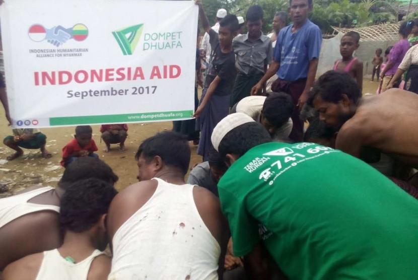 Tim Dompet Dhuafa membawa hewan kurban untuk disembelih di kamp pengungsi Rohingya, Myanmar.