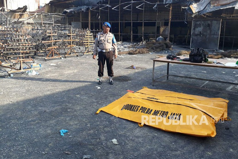 Tim DVI kembali menemukan satu jenazah di lokasi kebakaran pabrik kembang api, Desa Belimbing, Kosambi, Kabupaten Tangerang. Senin (30/10).