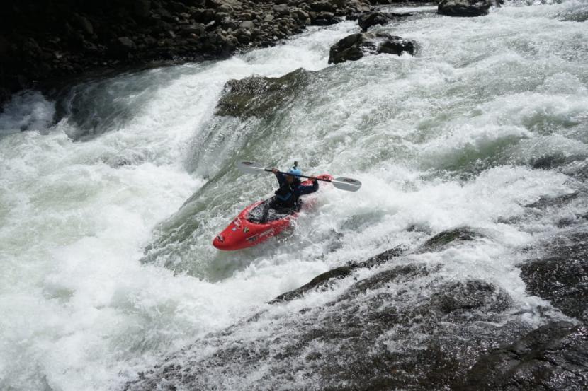 Tim ekspedisi Wanadri berjumlah 21 orang, berhasil mengarungi sungai (Krueng) Woyla sepanjang 60 kilometer.