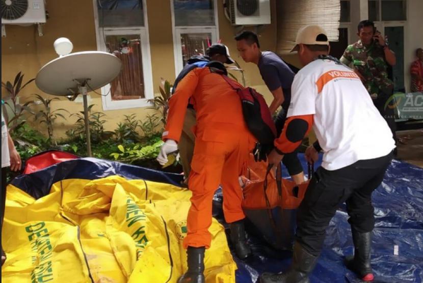 Tim Emergency Response ACT membantu mengevakuasi korban tsunami di Pandeglang.