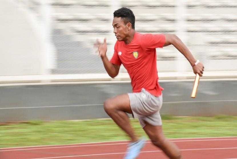 Tim estafet 4x100 meter putra Indonesia Lalu Muhammad Zohri berlari saat mengikuti latihan di Stadion Madya, Gelora Bung Karno, Selasa (7/5/2019).