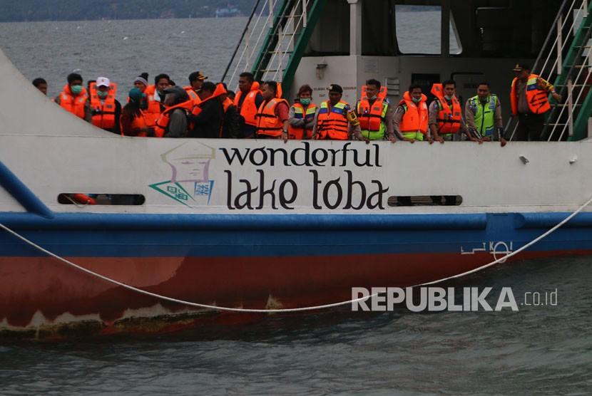 Tim evakuasi gabungan melakukan pencarian korban KM Sinar Bangun yang tenggelam di Danau Toba, Simalungun, Sumatra Utara, Selasa (19/6).