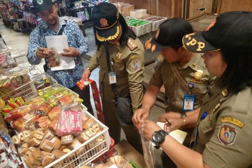 Tim gabungan dari Pemkab Karanganyar, Jawa Tengah, yang terdiri dari Dinas Kesehatan Kabupaten (DKK), Dinas Perdagangan Tenaga Kerja Koperasi dan UKM, serta Satpol PP, melakukan inspeksi dadakan (sidak) di supermarket Giant Palur Plaza, Karanganyar, Senin (20/5).