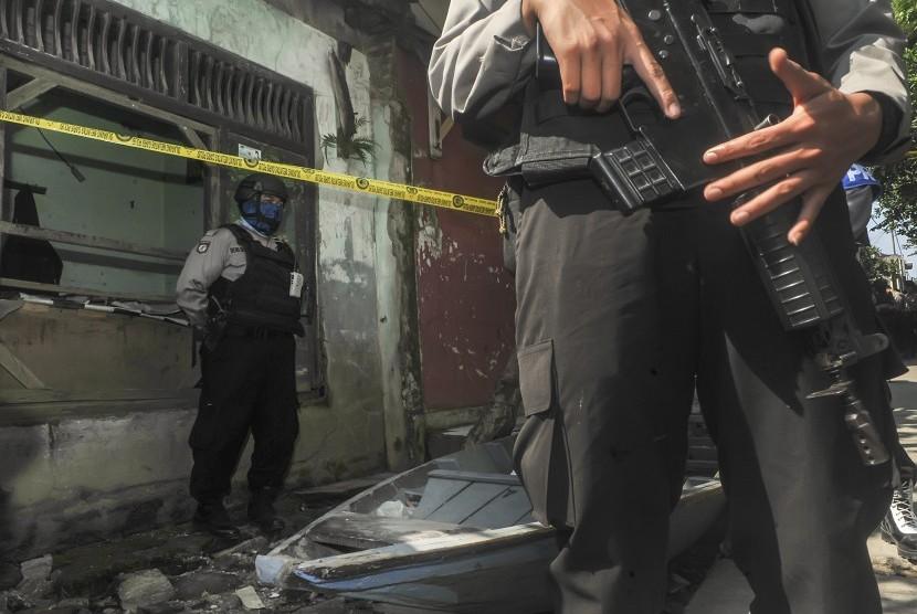 Tim Gabungan kepolisian dan Densus melakukan penjagaan saat penggeledahan rumah salah satu terduga teroris terkait bom Kampung Melayu di Rancasawo, Bandung, Jawa Barat, 26 Mei 2017.