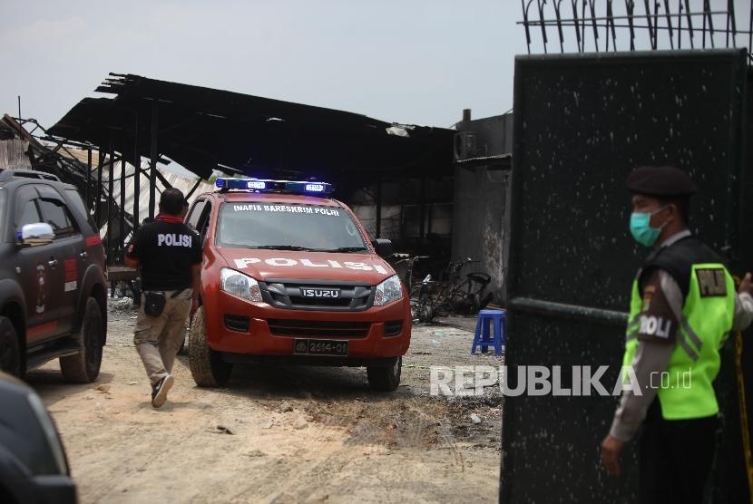 Tim gabungan Polisi, Inafis dan Pusat Lab Forensik (puslabfor) melakukan olah TKP di lokasi pasca ledakan di pabrik produksi kembang api, Jalan Salembaran, Desa Belimbing, Kecamatan Kosambi Kabupaten Tangerang, Banten, Jumat (27/10).