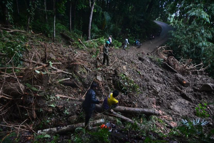 Tim gabungan tanggap bencana membersihkan material tanah longsor yang menutupi badan jalan utama Culamega, Kabupaten Tasikmalaya, Jawa Barat, Kamis (8/11/2018).