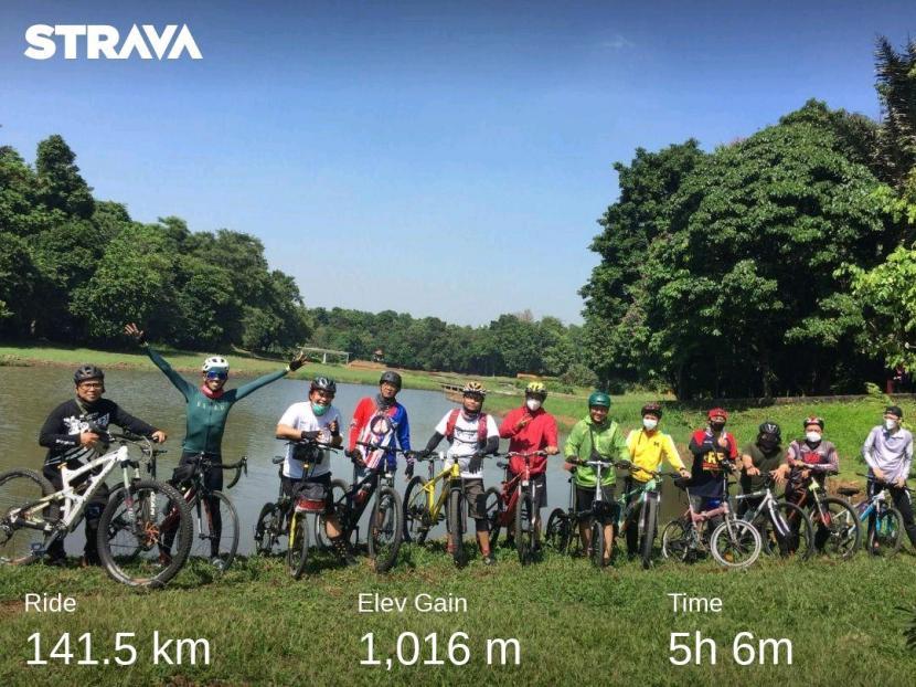 Tim Gowes Republikayuh berpose di Danau Dora LIPI Cibinong, Bogor, Jawa Barat, Sabtu (18 September 2021).