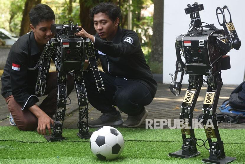 Tim Ichiro dari Institut Teknologi Sepuluh Nopember (ITS) mencoba robotnya di sela-sela pelepasan tim robot ITS untuk berlaga di RoboCup International 2018 Montreal Canada, di Kampus ITS, Surabaya, Jawa Timur, Selasa (5/6).