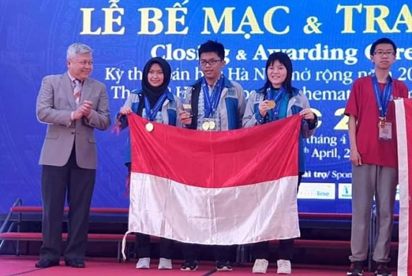 Tim Indonesia yang terdiri dari 6 pelajar SMP dan 3 pelajar SMA meraih hasil gemilang pada ajang Hanoi Open Mathematics Competition (HOMC) pada 2 April – 6 April di Hanoi, Vietnam.