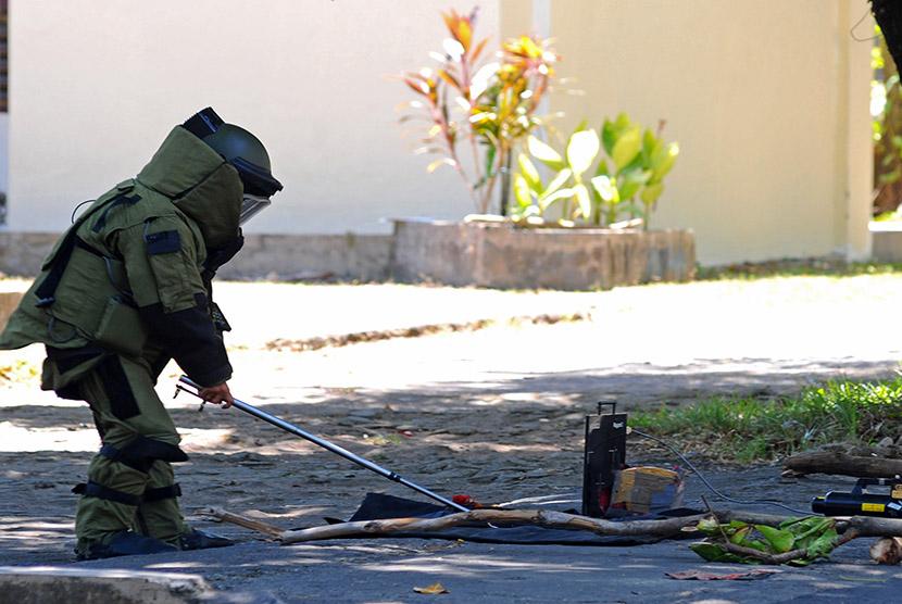 Tim Jihandak mengamankan benda yang diduga sebuah bom.    (ilustrasi)