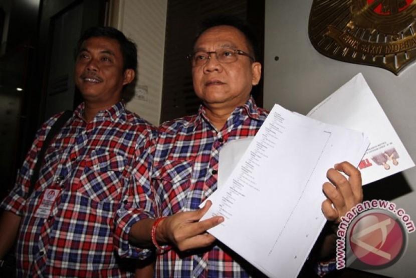 Tim Kampanye Jokowi-Ahok, M Taufik (kanan) dan Prasetyo Edy Marsudi (kiri) menunjukan sejumlah bukti daftar pemilih tetap fiktif saat tiba, di Bareskrim Mabes Polri, Jakarta, Rabu (23/5).