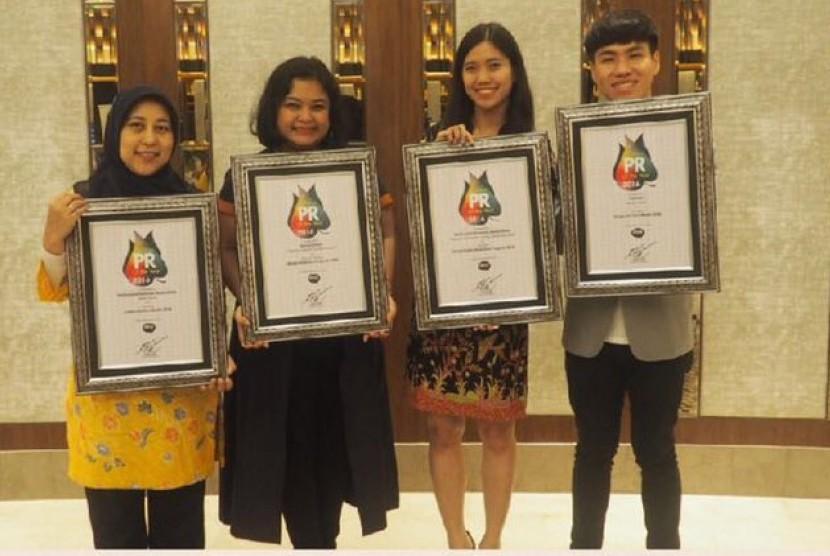 Tim komunikasi Corporate Coomunications kelompok usaha Danone Indonesia yang meraih empat penghargaan di ajang Public Relations Award 2016.
