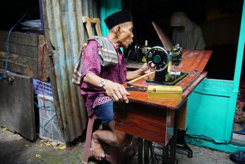 Tim Lembaga Pelayan Masyarakat (LPM) Dompet Dhuafa menyerahkan donasi berupa mesin jahit untuk Sajum.