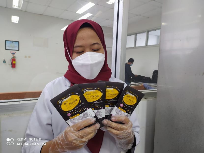 Tim mahasiswa Fakultas Farmasi Universitas Muhammadiyah Purwokerto (UMP), membuat permen anticorona. Permen ini dibuat dari ekstrak bawang merah sebagai bahan utama.