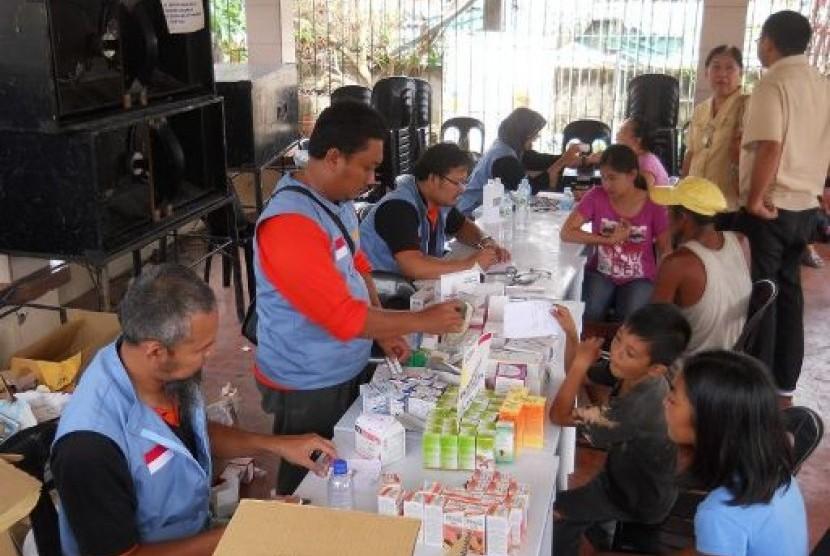Tim MDMC dalam menangani korban topan Haiyan di Filipina.