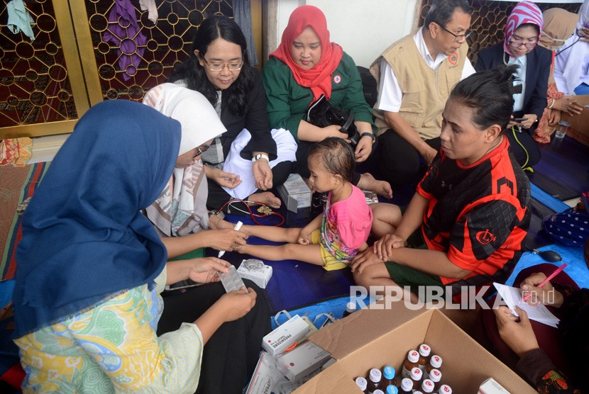 Indonesia Medical Association (IDI) members check the condition of refugees at Masjid Ar Rahman, Paccerakkang, Makassar, South Sulawesi, Thursday (Jan 24).