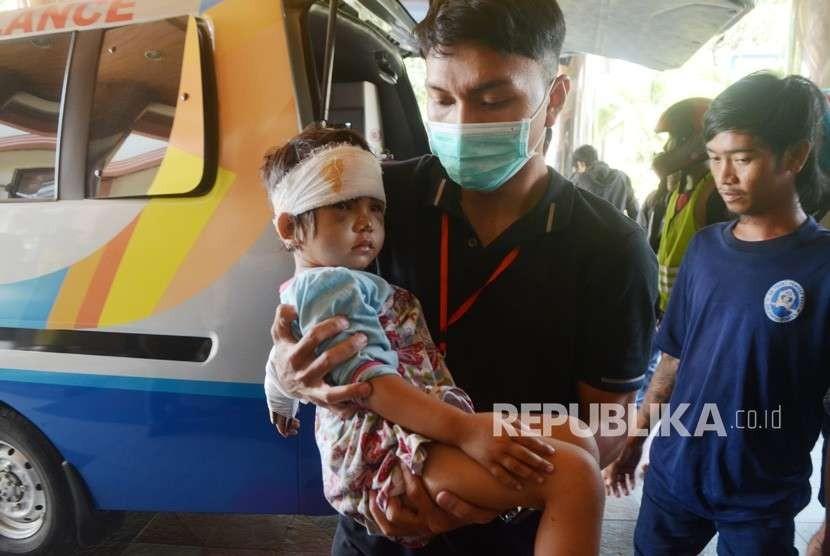 Tim medis membawa anak korban gempa dan tsunami Palu-Donggala setiba di Rumah Sakit Wahidin Sudirohusodo, Makassar, Sulawesi Selatan, Selasa (2/10).