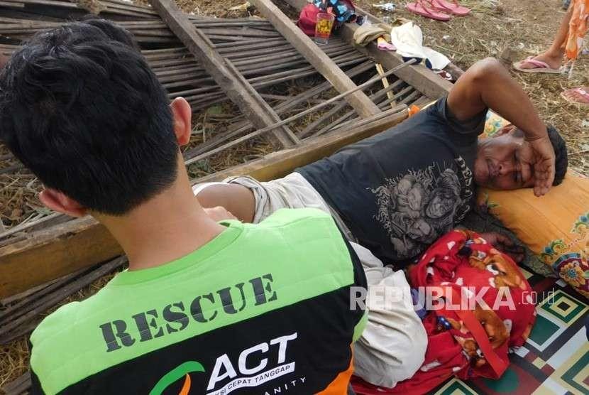 Tim Medis Relawan ACT memberikan pelayanan kesehatan kepada korban gempa bumi yang tinggal di tenda pengungsian di Dusun Loang Sawah, Desa Bentek, Kecamatan Gangga, Kabupaten Lombok Utara pada Rabu (8/8).