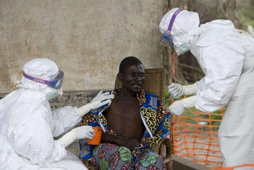Tim medis sedang menangani seseorang yang terjangkit virus Ebola.