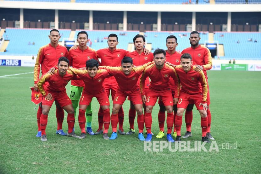 Tim nasional U-23 Indonesia berfoto bersama menjelang pertandingan perdana Grup K kualifikasi Piala Asia U-23 AFC 2020 melawan tim nasional U-23 Thailand, di Stadion Nasional My Dinh, Hanoi, Vietnam, Jumat (22/3/2019).